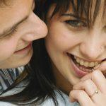Hoe herken je of een vrouw met je flirt