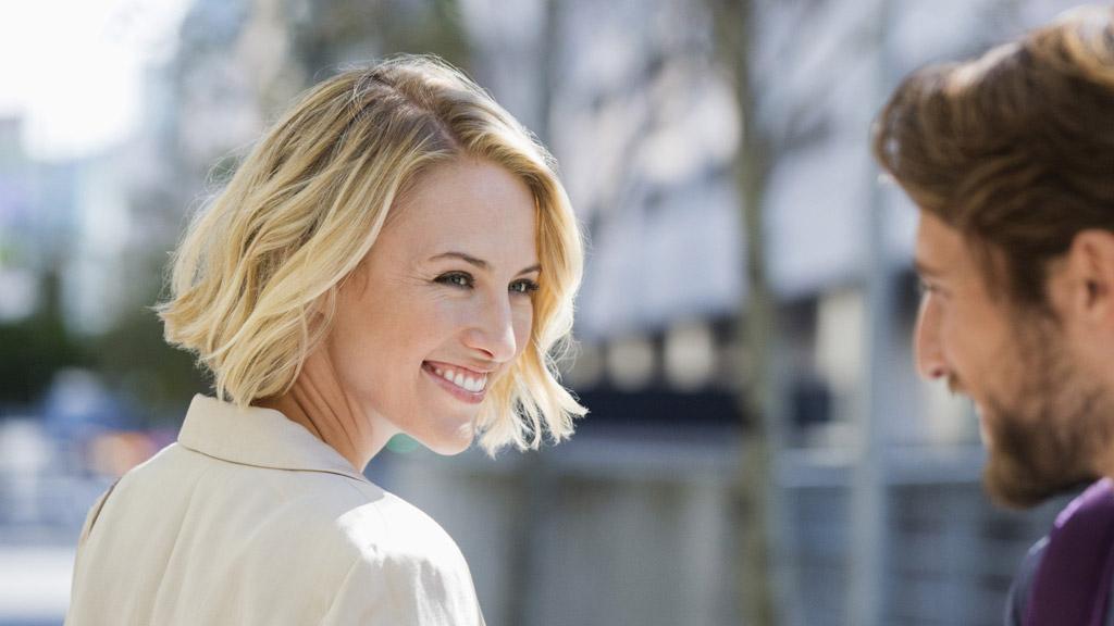 Flirt tips 10 flirtsignalen die je niet kunt missen - Vrijen doe je zo!